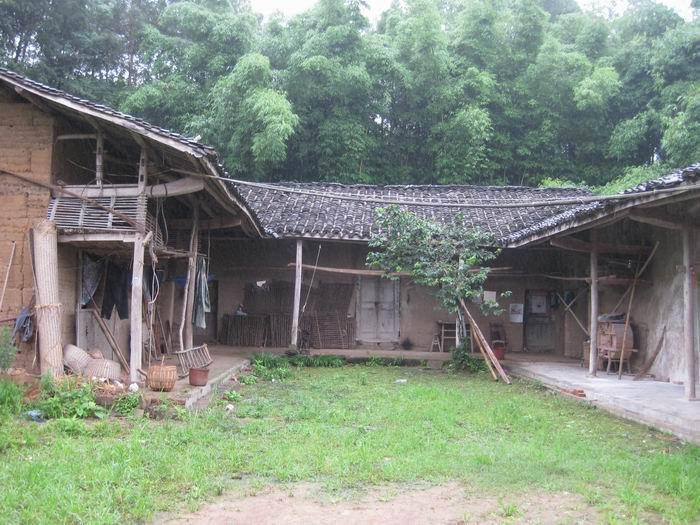 家里的土墙房子